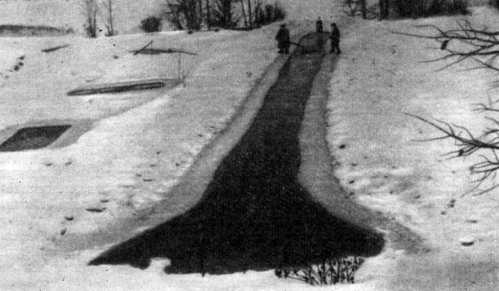 Проруби на зимовальном пруду