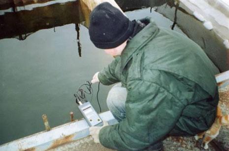 Рис. 14. Измерение кислорода в воде садка при помощи оксиметра Нl-9142